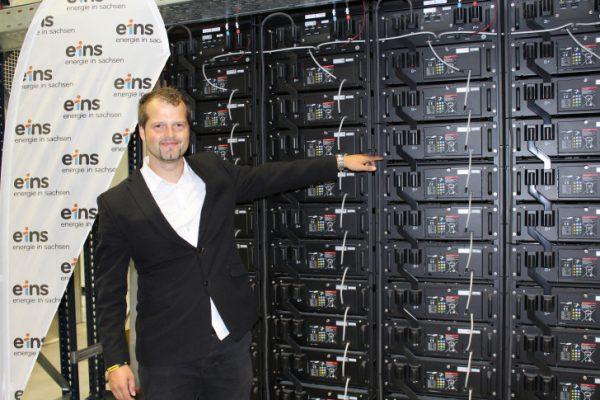 Dipl. - Ing. Lars Fallant zeigt die Batteriemodule. Insgesamt sind in dem gesamten Batteriespeicher 4008 einzelne Batteriemodule vorhanden. Foto: Nicole Neubert