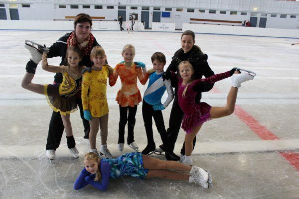 Die Trainerinnen Denise Rother (l.) und Katja Fritzsche (r.) mit den Kindern des Chemnitzer Eislauf-Club e.V. in der Trainingshalle im Eissportkomplex am Küchwald. Foto: Nicole Neubert