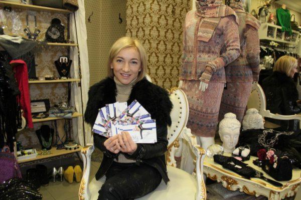 Aljona Savchenko in Chemnitz. Sie brachte die neuesten Autogrammkarten mit, die es nun exklusiv zu gewinnen gibt. Foto: Nicole Neubert