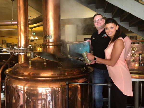 Braumeister Yves Hänsl zeigt mir wie das goldprämierte Bier gebraut wird. Hier durfte ich die Hopfen zugeben.  Foto: privat